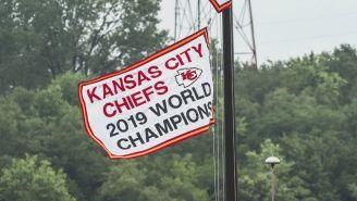 Mahomes en un La pancarta de campeón de Super Bowl de los Chiefs