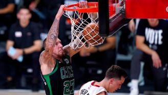 Daniel Theis anota vs Miami Heat en la Final del Este
