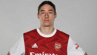 Marcelo Flores posando con los colores del Arsenal