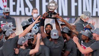 Los jugadores del Heat levantan el título del Este