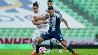 Alan Cervantes y Luis Chávez, luchan por el balón