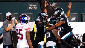 Jugadores de Eagles festejan TD ante Giants