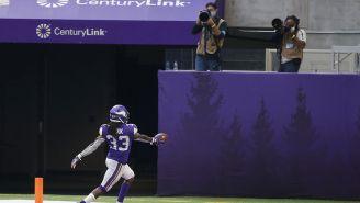 Dalvin Cook festeja un touchdown con los fotógrafos