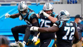 Jugadores de Panthers celebran TD vs Lions