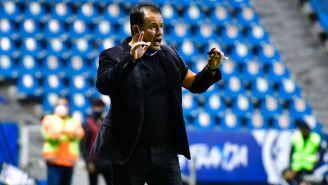 Juan Reynoso da indicaciones en el duelo ante León
