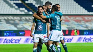 Jugadores de León celebran gol ante Puebla