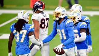 Jugadores de Chargers celebran en triunfo vs Broncos