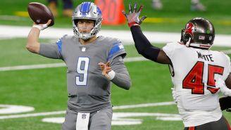 Stafford lanza un pase en un juego de los Lions