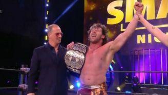 Kenny Omega con el campeonato mundial de AEW