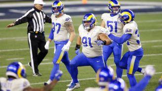 La defensiva de los Rams festeja una jugada ante la ofensiva rival