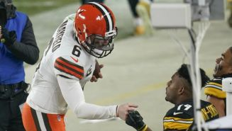 Baker Mayfield, quarterback de Cleveland,  en charla con JuJu Smith-Schuster