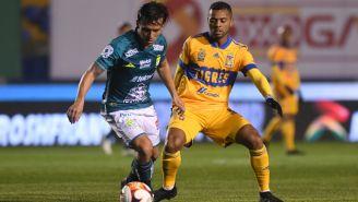 Fernando González y Rafael de Souza, luchan por el balón