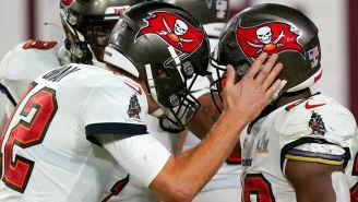 Tom Brady y Brown festejan una anotación ante Chiefs