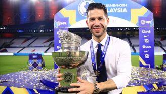Benjamín Mora con el trofeo de la Supercopa