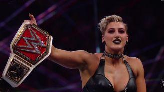 Rhea Ripley con el Raw Womens Champion en mano