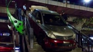 Taxi en puente peatonal de Naucalpan