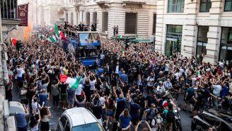Selección Italiana celebrando en las calles de Roma