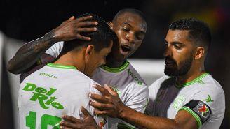 Jugadores de Juárez festejan un gol