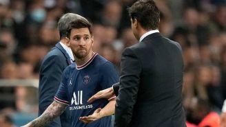 Messi viendo a Pochettino tras salir de cambio