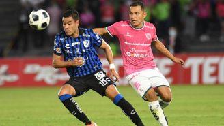 Los jugadores de Querétaro y Juárez disputando la pelota