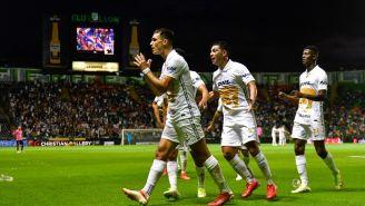 Jugadores de Pumas celebran gol vs León
