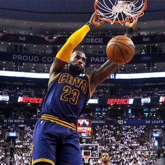LeBron James salta para clavar un balón
