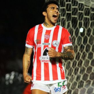 Edson Puch celebra un gol con Necaxa