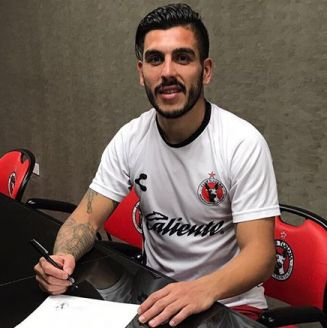 Enzo Kalinski, firmando su contrato con el club Tijuana