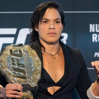 Amanda Nunes presumiendo su cinturón Peso Gallo de la UFC