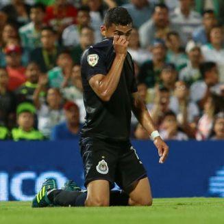Orbelín Pineda, de rodillas durante el juego contra Santos