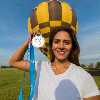 Adriana Jiménez posa con su plata tras un recorrido en globo