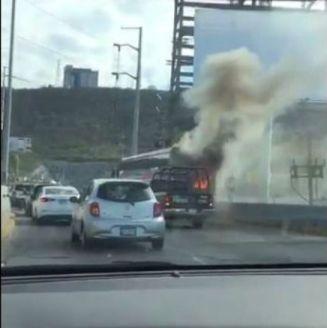 Autobús de Necaxa incendiándose