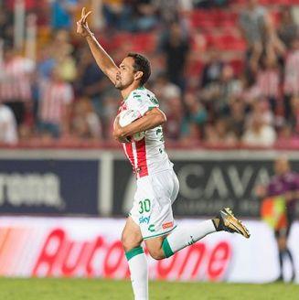 Pablo Velázquez celebra el gol de Necaxa