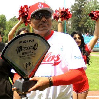 Ojeda recibe un premio como manager de Diablos Rojos