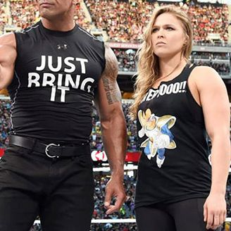 The Rock (der) y Ronda Rousey (izq) en Wrestlemania 31