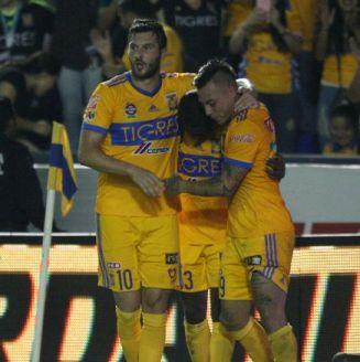 Gignac festeja con sus compañeros su gol contra Toluca