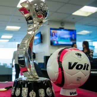 Trofeo de la Liga MX Femenil en su visita a RÉCORD