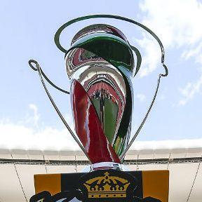 Trofeo de la Copa MX en la cancha del Estadio Chivas