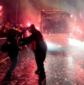 Entre bengalas y miles de aficionados llegó el autobús de los Tigres