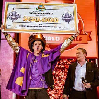 Sergio Ramos levanta su cheque de campeón