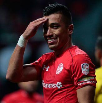 Uribe se toma la frente, durante un juego con Toluca