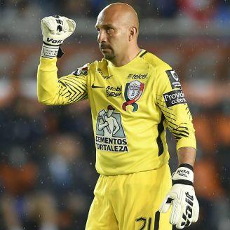 Óscar Pérez disputa un encuentro con Pachuca en el A2017