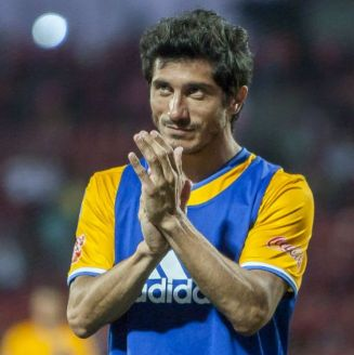 Damián Álvarez aplaude tras un juego con Tigres