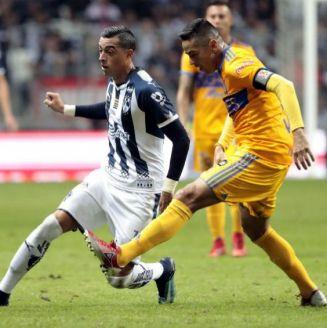 Rogelio Funes Mori y Juninho disputan el balón durante la Final de la Liga MX