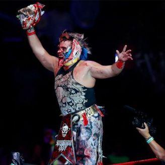 Psycho Clown festeja con la máscara de Wagner