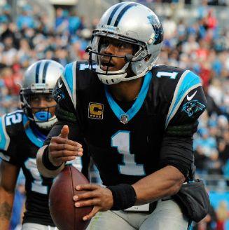 Cam Newton celebra un touchdown en un juego de las Panthers