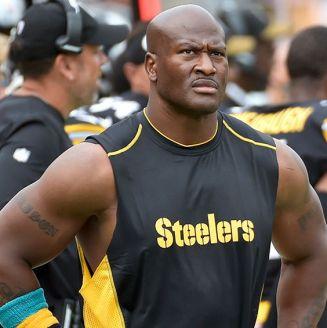 El linebacker James Harrison en un partido con  Steelers