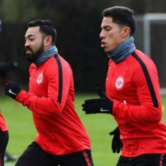 Marco Fabián corre al lado de Salcedo en una práctica del Eintracht