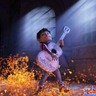 Miguel personaje principal de Coco tocando la guitarra