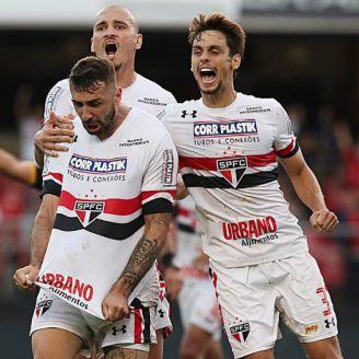 Lucas Pratto celebra un gol con Sao Paulo